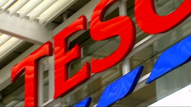 stockvideo's en b-roll-footage met tesco accounting scandal: chairman sir richard broadbent to resign; r02101314 / 2.10.2013 london: ext close shot sign 'tesco' end lib - voorzitter