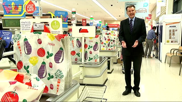 vídeos y material grabado en eventos de stock de tesco issues further profit warning; tesco supermarket: int reporter to camera point of view shot - povs - from supermarket trolley as along tesco... - vista general