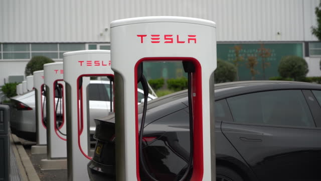 vidéos et rushes de tesla inc earnings release tesla factory in fremont california us on monday july 20 2020 - écriture européenne