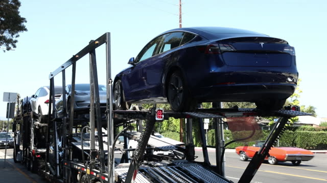 vídeos de stock, filmes e b-roll de tesla inc model 3 electric vehicles at the company's delivery center in marina del rey california usa on saturday september 29 2018 - veículo com combustível alternativo