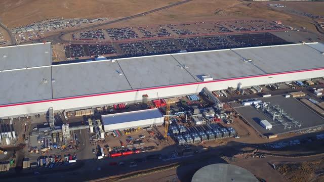 vídeos y material grabado en eventos de stock de tesla is building a new mega-factory in nevada that won't be complete for several years. the https://www.tesla.com/gigafactory 'gigafactory' seen in... - sparks