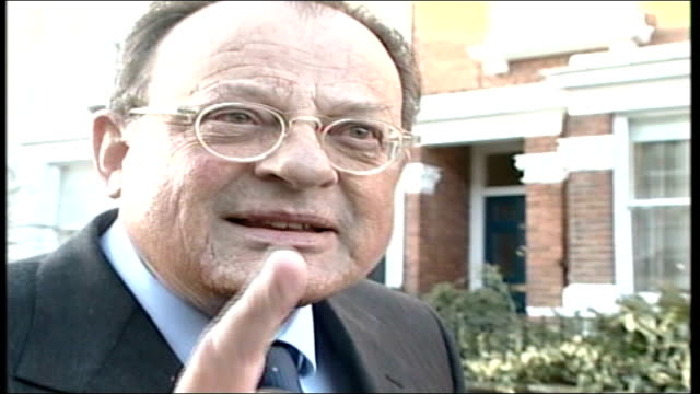 vidéos et rushes de blair rules ministerial code not breached; ext david mills into car with press around david mills speaking italian to press sot mills sitting in car... - casser les codes