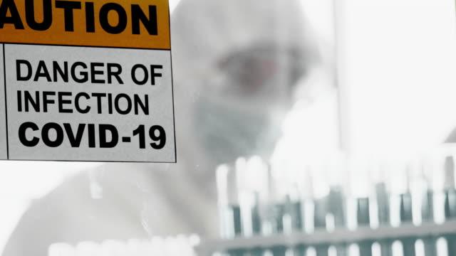 抗レトロウイルス薬の試験 - クリーンスーツ点の映像素材/bロール
