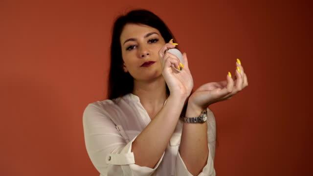 vidéos et rushes de tester un parfum - sentir