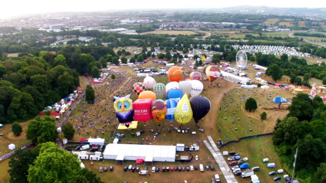 vídeos de stock, filmes e b-roll de tethered balloons light their burners for a ground tether flight after bad weather prevented flying in the planned mass sun rise ascent at the... - bristol inglaterra
