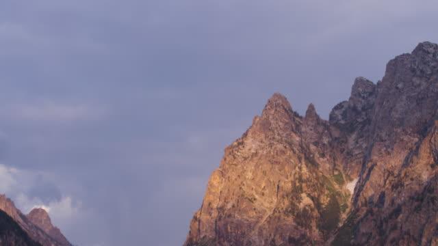teton mountain range from jenny lake - グランドティトン点の映像素材/bロール