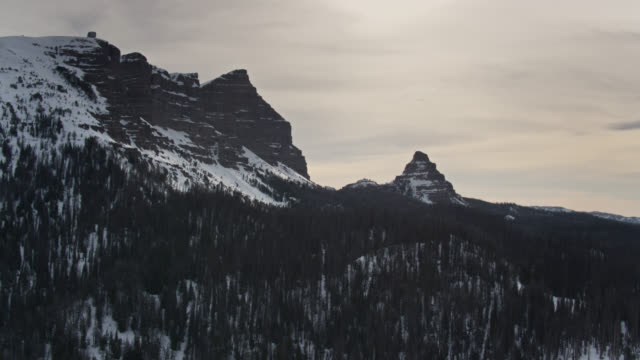 teton peaks im winter - antenne - grand teton stock-videos und b-roll-filmmaterial