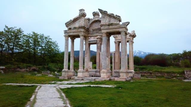 tetrapylon von aphrodisias antike stadt in der nähe des artemis-tempels - mythologie stock-videos und b-roll-filmmaterial