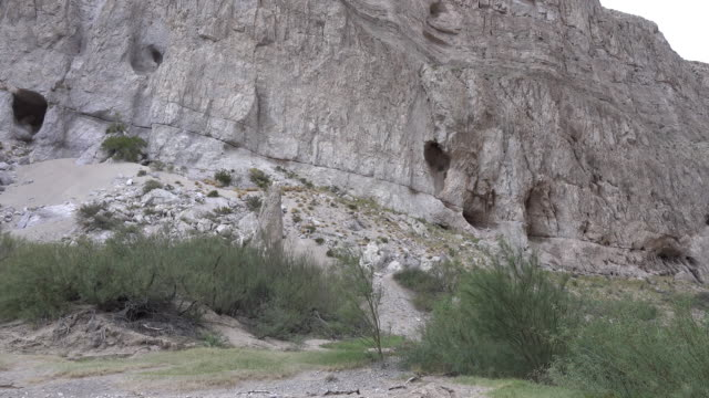 texas big bend caves at boquillas canyon - 石灰岩点の映像素材/bロール