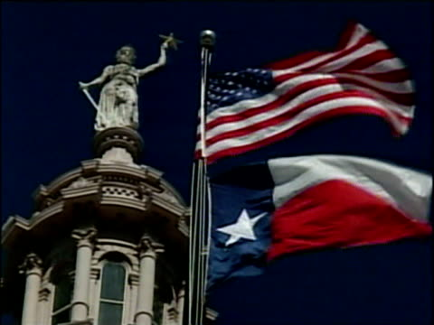 vídeos y material grabado en eventos de stock de texas flag and us flag flying outside texas state capitol building austin - lugar famoso local
