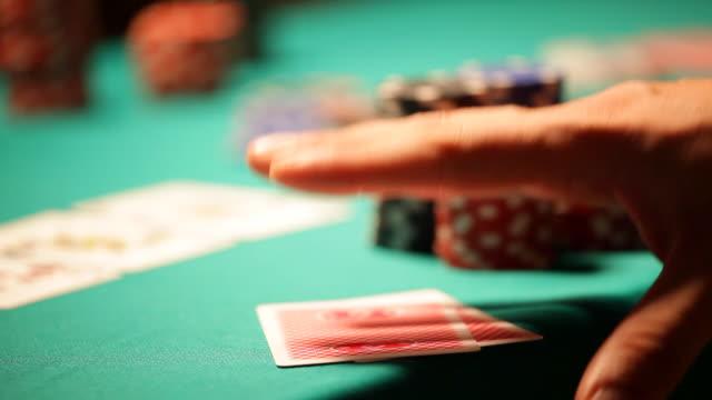 vídeos de stock, filmes e b-roll de hd: de pôquer texas hold'em, verificando cartões - texas hold 'em