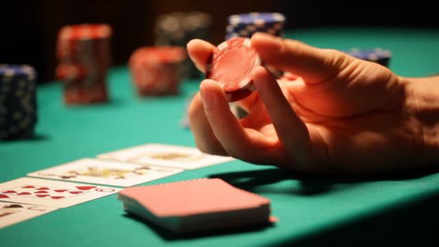 vídeos de stock, filmes e b-roll de hd: de pôquer texas hold'em, brincando com cassino batata chips - texas hold 'em