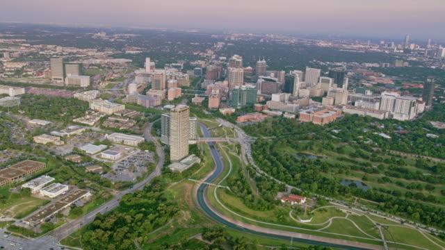 vídeos de stock e filmes b-roll de aerial texas medical center, houston, tx - edifício médico