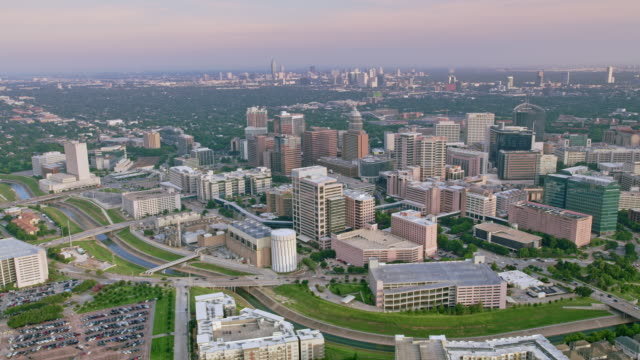 stockvideo's en b-roll-footage met aerial texas medical center met het centrum van houston in de verte - texas