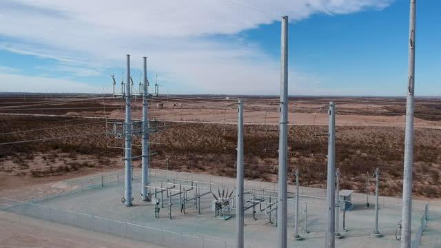 stockvideo's en b-roll-footage met de lijnen van de macht van texas die tot een relaispost op de vlaktes van texas, centraal texaanse machtsnet leiden. - stroomtransformator