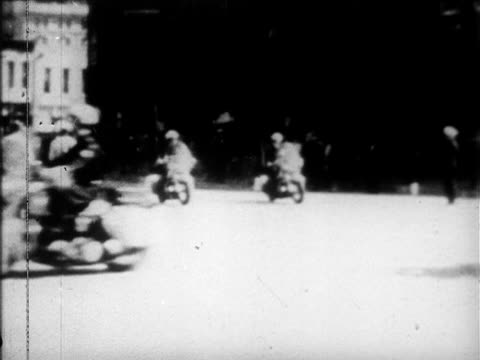 texas school book depository building vs motorcade escorting presidential limousine w/ jfk amp others through dealey plaza passing street signs clock... - attentat auf john f. kennedy stock-videos und b-roll-filmmaterial