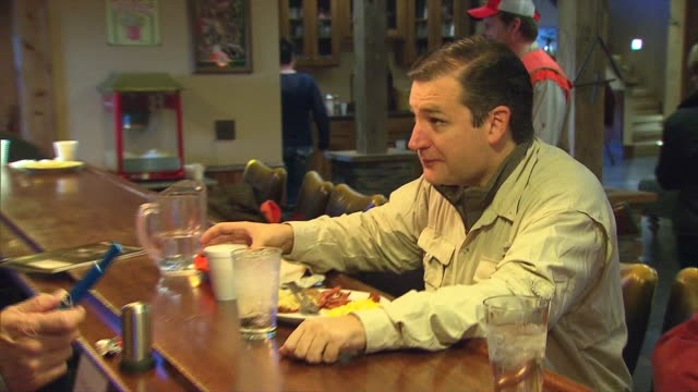 texas senator ted cruz eats breakfast before hunting pheasant with representative steve king of iowa. - 鳥を狩る点の映像素材/bロール