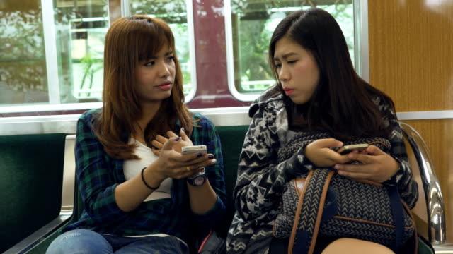 textnachricht im zug - bahnreisender stock-videos und b-roll-filmmaterial