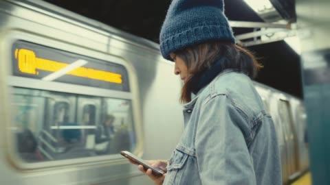 vídeos y material grabado en eventos de stock de mensajería de smartphone - new york city