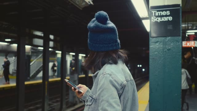 vídeos de stock e filmes b-roll de text messaging on smartphone - estação