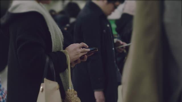 vidéos et rushes de message sms sur smartphone - métro transport ferroviaire