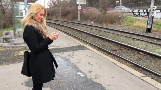vídeos de stock e filmes b-roll de de mensagens de texto sobre veículos - linha do elétrico