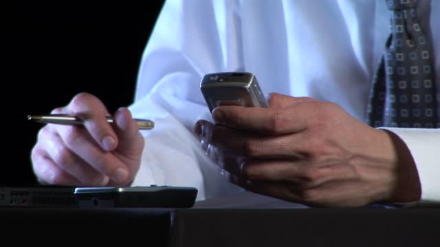 stockvideo's en b-roll-footage met hd: text messaging - overhemd en stropdas