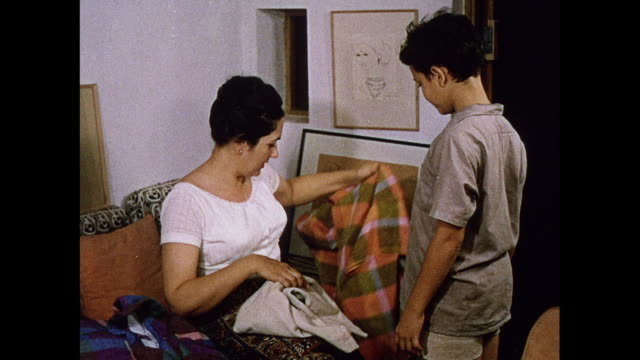 stockvideo's en b-roll-footage met textile designer barabara sansoni with her son in sri lanka - sri lankaanse cultuur