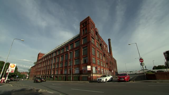 vídeos y material grabado en eventos de stock de former mill buildings in manchester england manchester ext former mill building with sign / 'offices to rent flexible terms enquire at reception'... - fábricas tradicionales