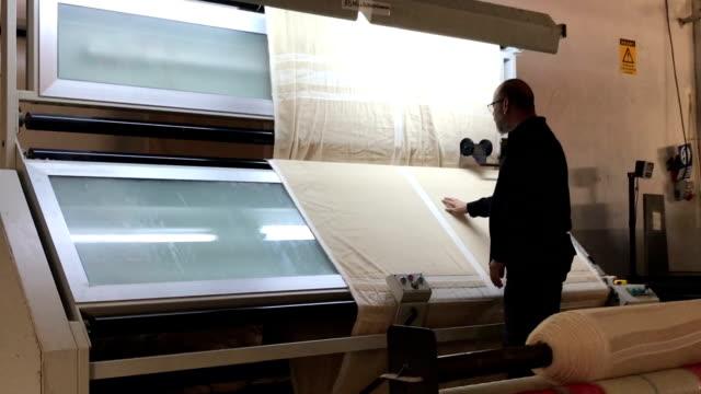 vídeos y material grabado en eventos de stock de proceso de control de calidad textil - textil
