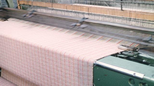 vídeos y material grabado en eventos de stock de montage textile worker weaving cloth in a factory / wales, united kingdom - tejer