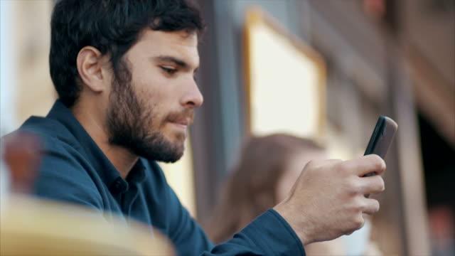 vídeos de stock, filmes e b-roll de mensagens de texto no cafe (câmera lenta) - amor à primeira vista