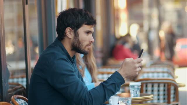 vidéos et rushes de envoyer des sms au cafe - coup de foudre
