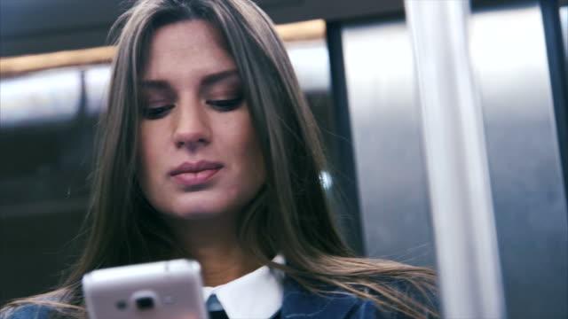 地下鉄でテキスト メッセージ - 公共交通機関点の映像素材/bロール