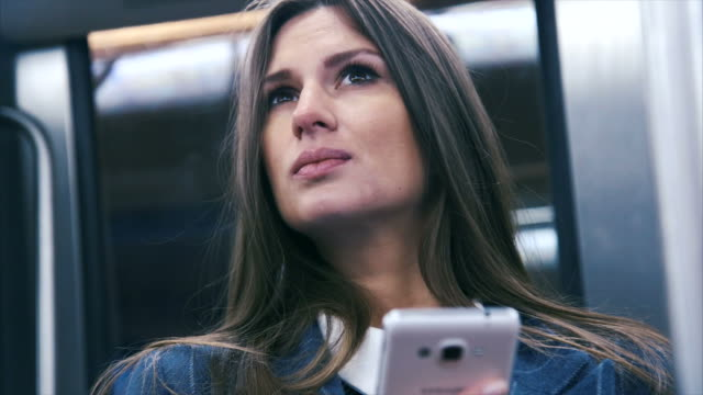 vídeos de stock e filmes b-roll de texting in a subway (slow motion) - a caminho