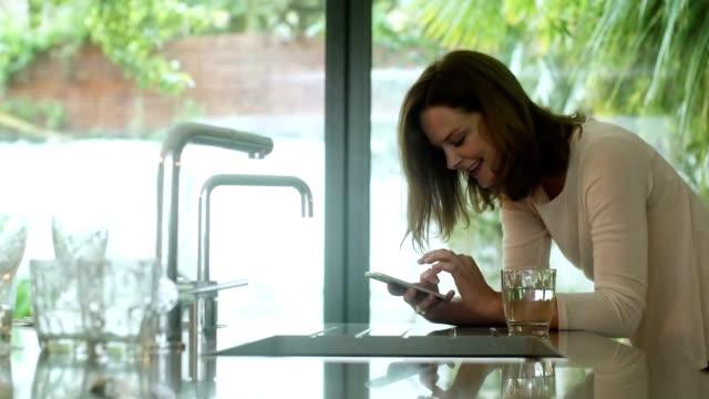 テキスト メッセージのキッチン - セクスティング点の映像素材/bロール
