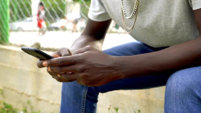 vidéos et rushes de messages texte sur téléphone intelligent - photo messaging