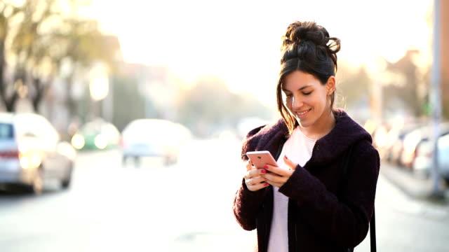 stockvideo's en b-roll-footage met sms'en op straat - ingesproken bericht