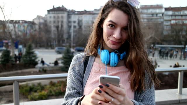 vídeos y material grabado en eventos de stock de sms al teléfono - mirar fijamente