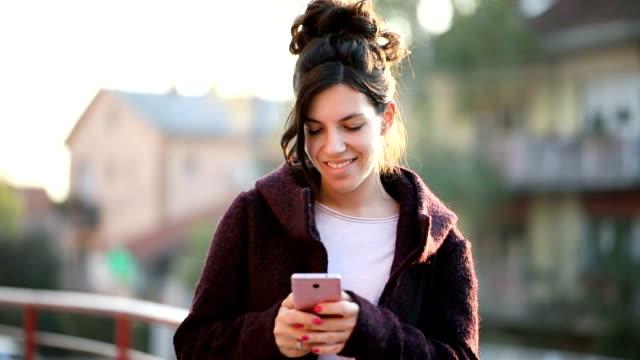 stockvideo's en b-roll-footage met sms - ingesproken bericht