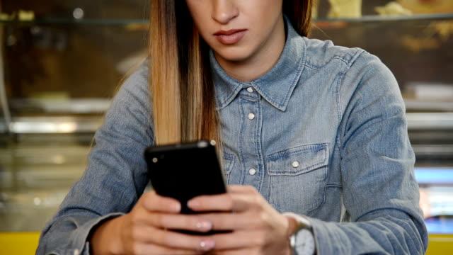 vídeos de stock, filmes e b-roll de mensagens de texto  - send