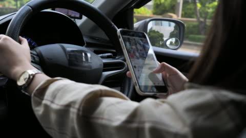 vídeos y material grabado en eventos de stock de mensajes de texto mientras se conduce - accidente de tráfico