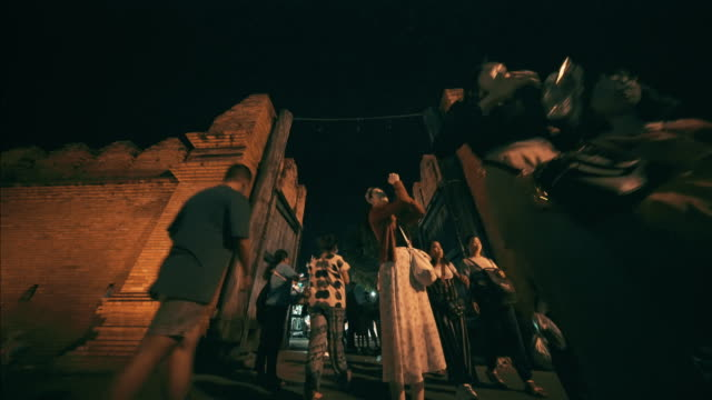 vídeos de stock, filmes e b-roll de marca da terra da porta de tha phae chiang mai com rua de passeio da noite de domingo - província de chiang mai