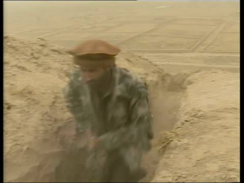 vidéos et rushes de possible phase two lib afghansitan dashteqal'eh bv northern alliance soldiers firing rifle during gun battle with taliban empty desert like area with... - taliban