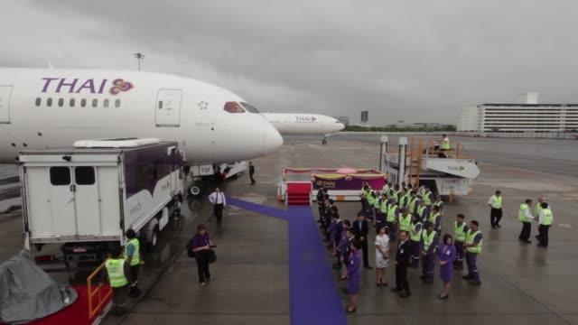 vídeos de stock, filmes e b-roll de thai airways international pcl maintenance staff stand near a boeing 777-300er aircraft at suvarnabhumi airport in bangkok, thailand, on wednesday,... - boeing 787