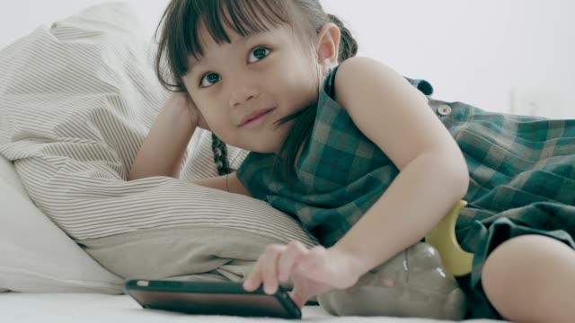 thai-baby-mädchen mit telefon für ihre wochenend-aktivitäten - kindertag stock-videos und b-roll-filmmaterial