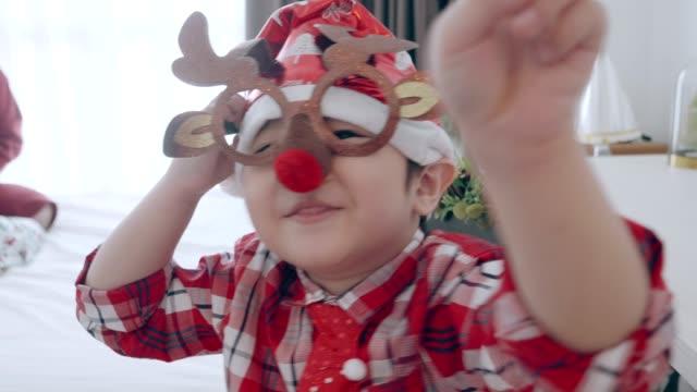 vídeos y material grabado en eventos de stock de chico tailandés con tema de renos en navidad - 4 5 años