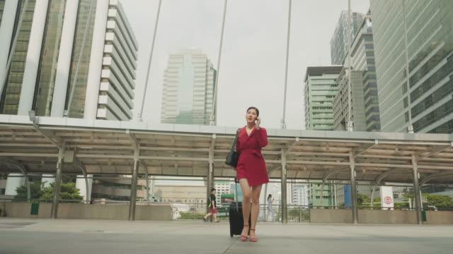 vídeos de stock e filmes b-roll de thai business woman owner is using phone in the city - só uma mulher de idade mediana
