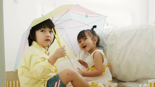 Thai Kinder spielen am ordentlich Platz