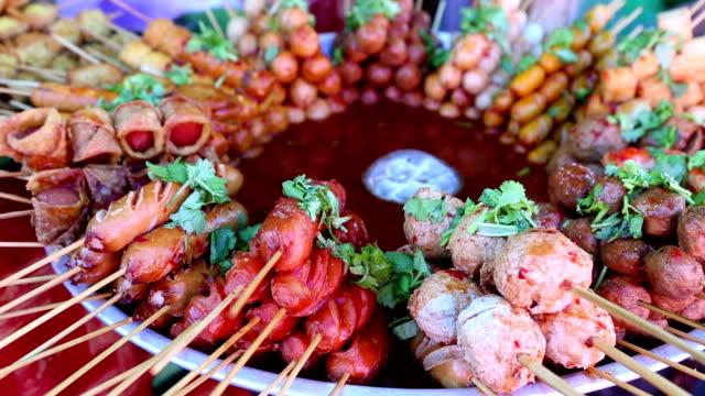 thailändische küche fleischbällchen snack luk kinn ping - heckklappe teil eines fahrzeugs stock-videos und b-roll-filmmaterial